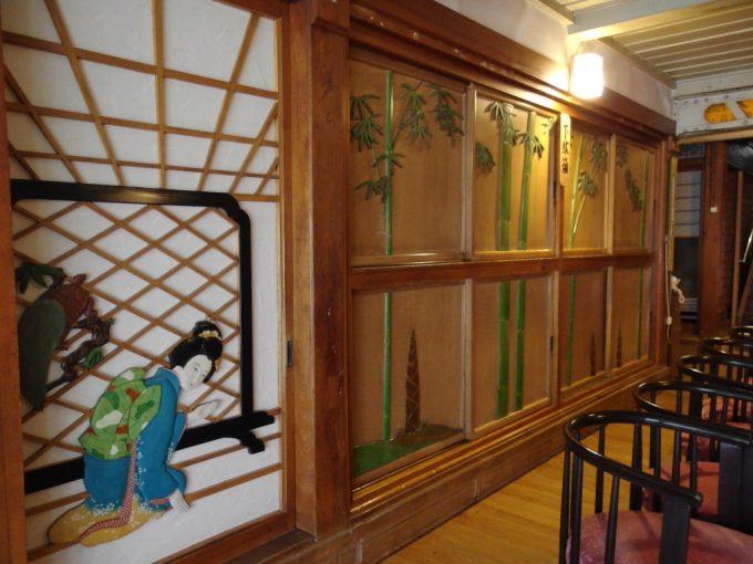 瀬見温泉喜至楼の象徴玄関ホール出迎える女性の彫刻
