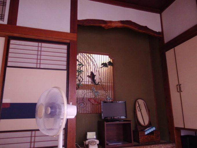 瀬見温泉喜至楼落ち着く和室扇風機で涼むひととき