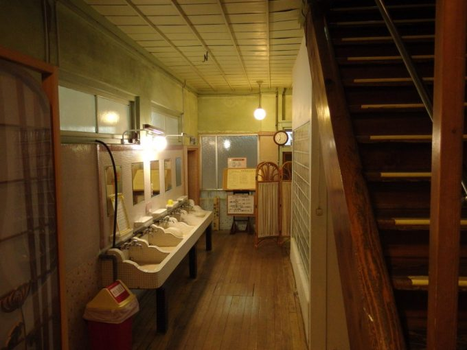 瀬見温泉喜至楼渋い廊下と洗面所
