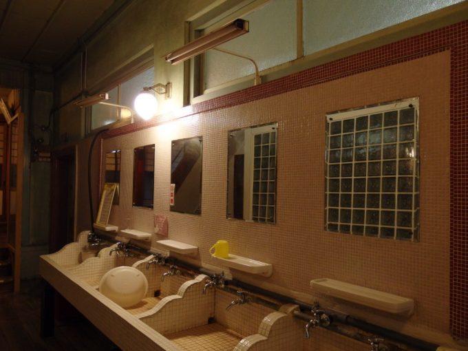 瀬見温泉喜至楼緻密なタイル張りと電灯が印象的な洗面所