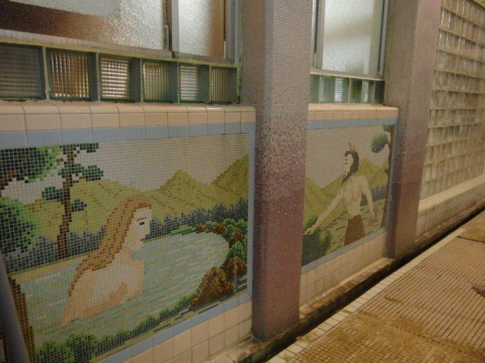 瀬見温泉喜至楼混浴ローマ式千人風呂の壁に描かれた独特なタイル画