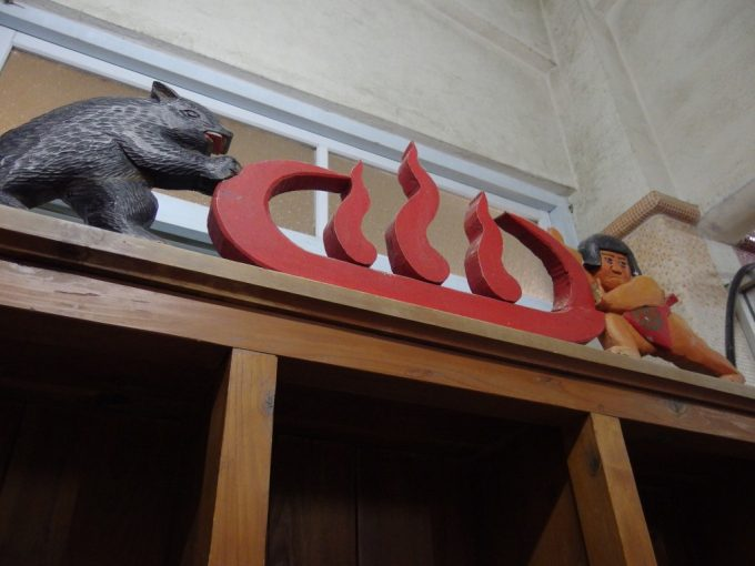 瀬見温泉喜至楼脱衣所の棚に施された金太郎とクマの彫刻