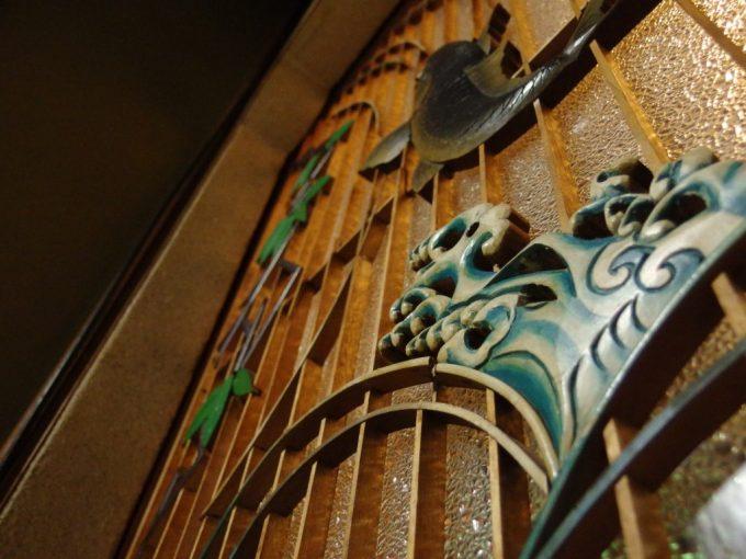 瀬見温泉喜至楼客室に施された鯉の滝登りの彫刻ほとばしる水しぶき