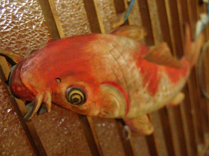 瀬見温泉喜至楼客室の活き活きとした鯉の滝登りの見事な彫刻