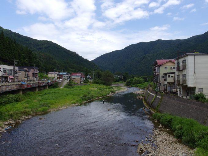 夏の瀬見温泉清流小国川