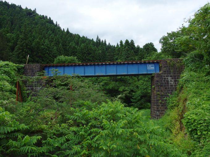 陸羽東線歴史を感じる石積みの橋台とガーダー橋