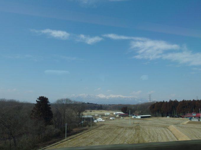 東北新幹線から眺める雪をかぶった那須の山々