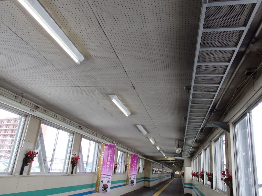 国鉄時代の雰囲気を色濃く残す青森駅の長い渡り廊下