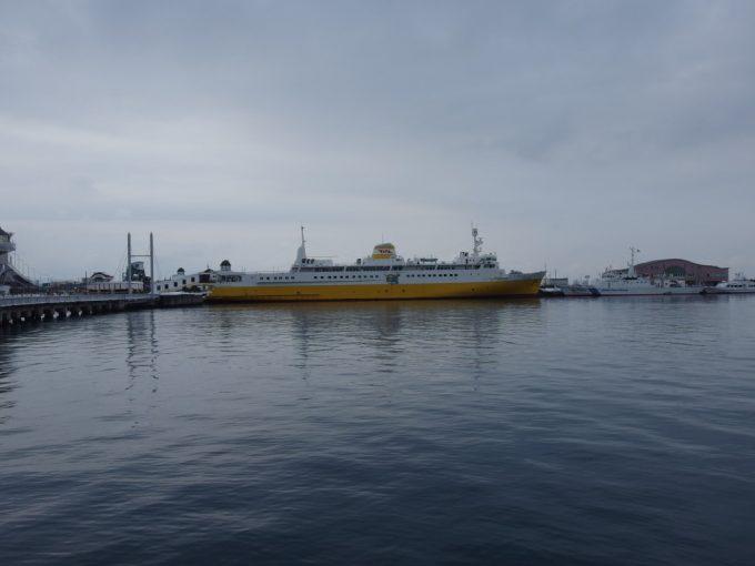 厳冬の青森凍てつく海に浮かぶ海峡の女王青函連絡船八甲田丸