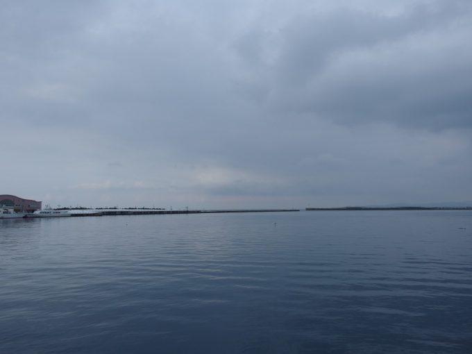冬の青森港穏やかな海
