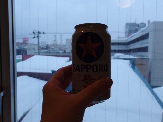 青森センターホテル湯上がりに冷たいビールと雪景色