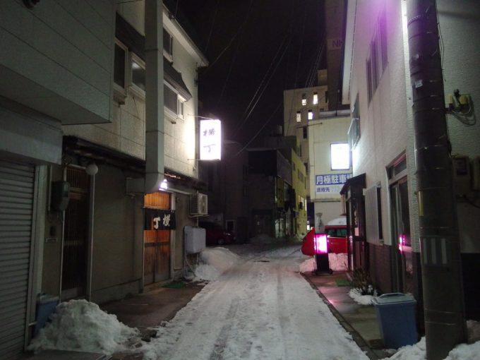 厳冬の青森夜の路地裏雪国の風情