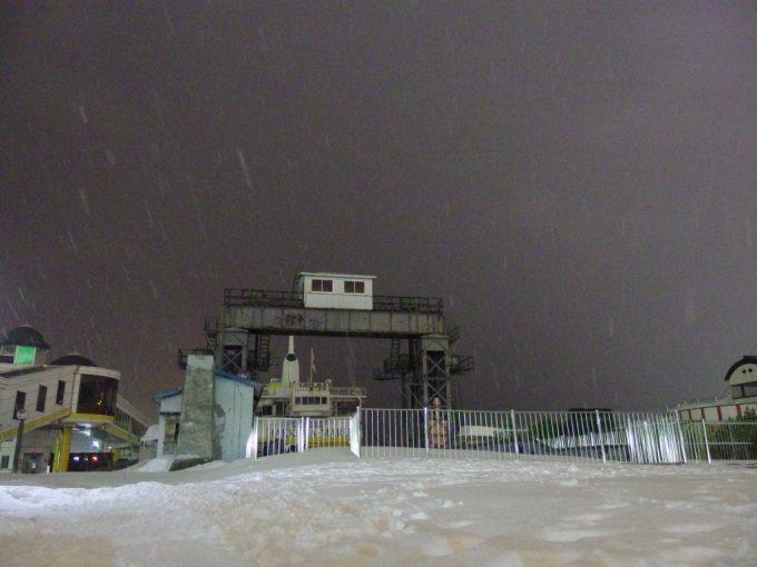 夜の青森雪に埋もれる桟橋可動橋