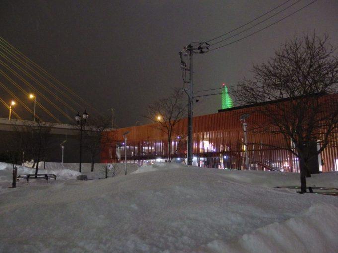 夜の青森雪に浮かぶワラッセのねぶたの灯り