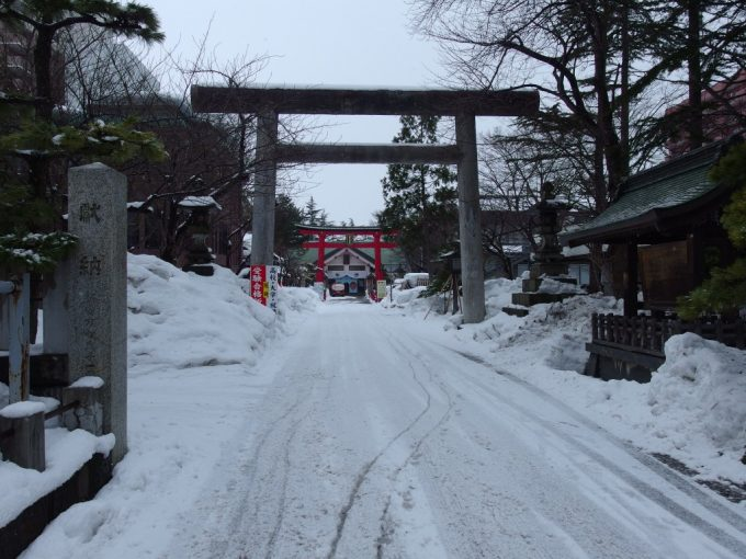 厳冬の青森雪の善知鳥神社鳥居