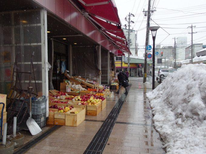 厳冬の青森りんごが並ぶ市場の軒先