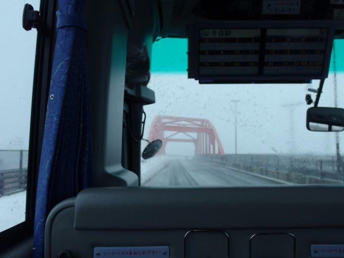 JRバス東北の車窓を覆う吹雪