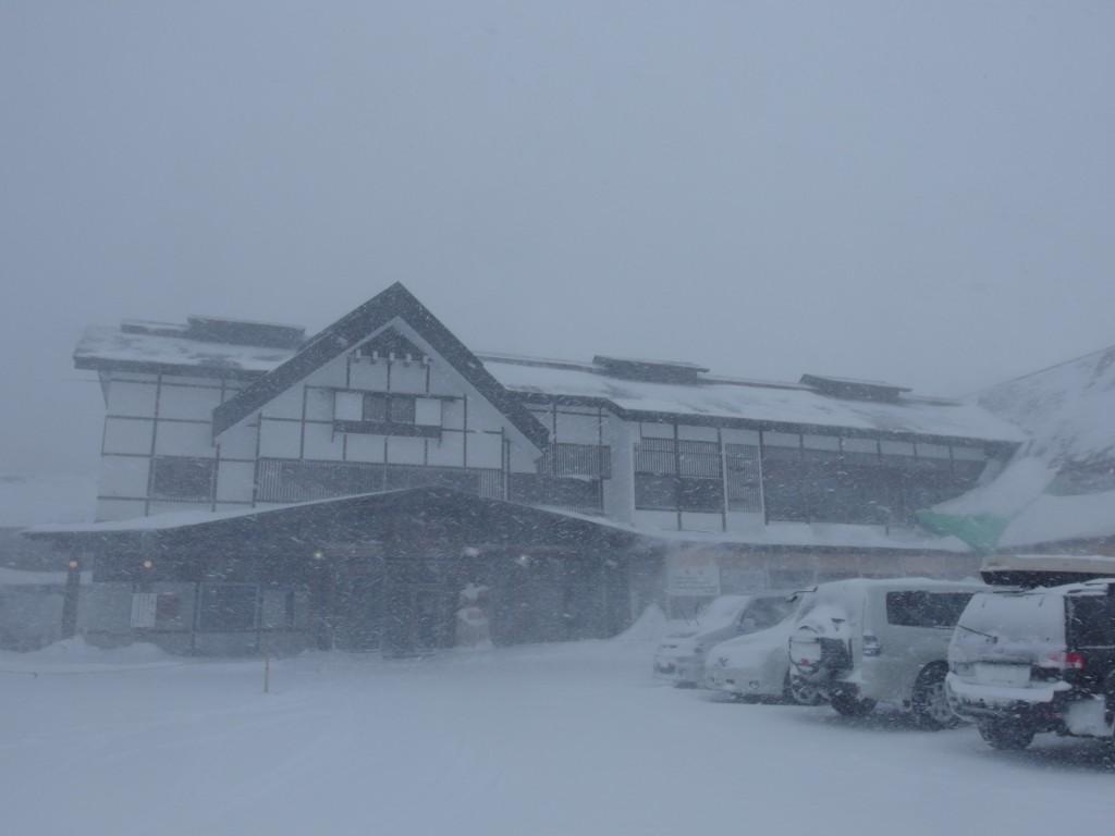 豪雪の酸ヶ湯温泉吹雪にけむる宿