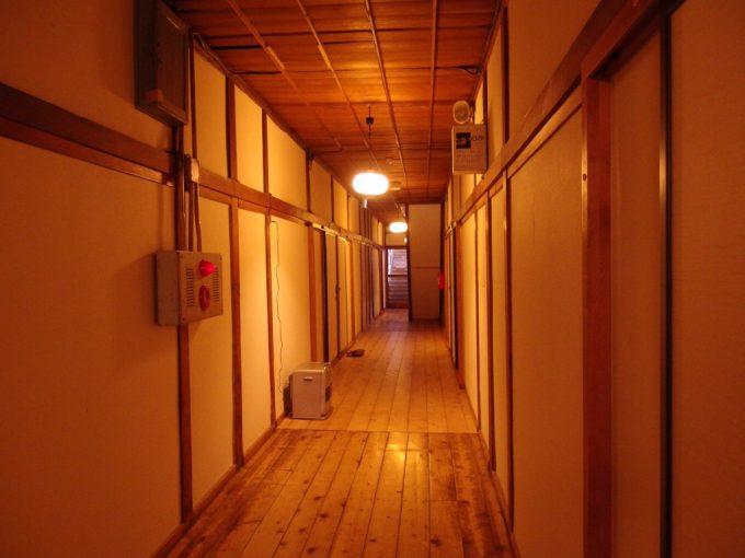 豪雪の酸ヶ湯温泉旅館部七号館味わい深い廊下