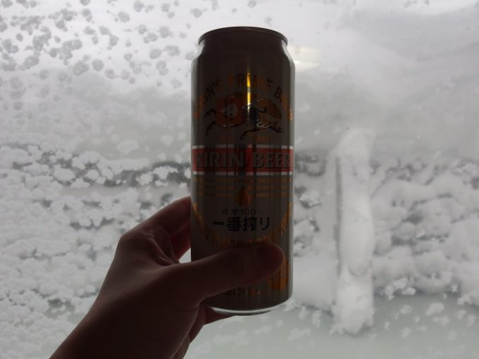 豪雪の酸ヶ湯温泉湯上がりに雪景色と冷たいビール