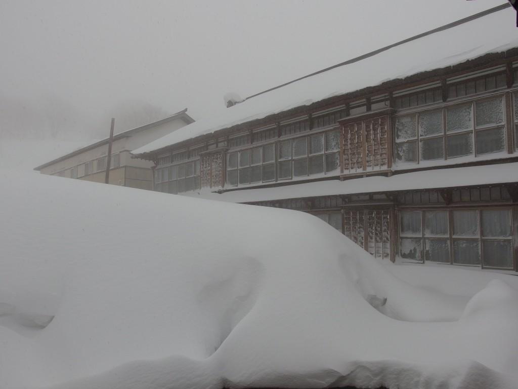 厳冬の青森雪に埋もれる酸ヶ湯温泉で迎える朝