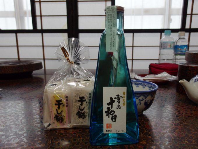 豪雪の酸ヶ湯温泉昼下がりに楽しむ雪の十和田純米吟醸と津軽名物干し餅