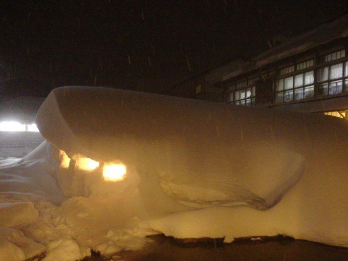 豪雪の酸ヶ湯温泉雪に点されるろうそく雪国の風情