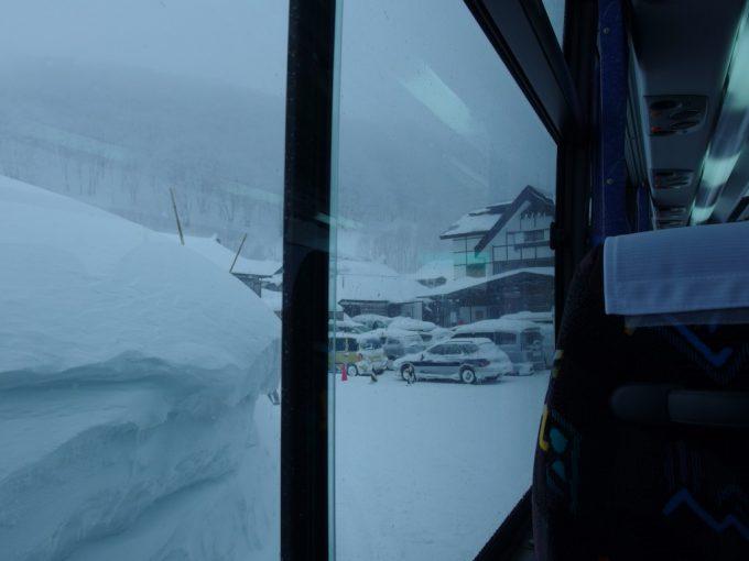 JRバス東北みずうみ号の車窓から今一度雪景色の酸ヶ湯を望む