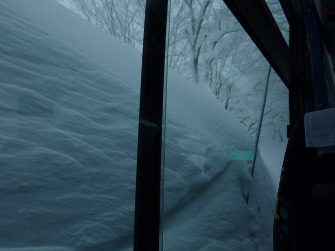 JRバス東北みずうみ号車窓を覆う雪の壁