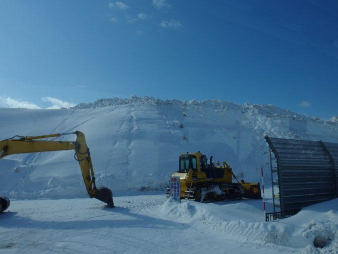 厳冬の青森雪がうず高く積まれた雪捨て場雪国らしい光景
