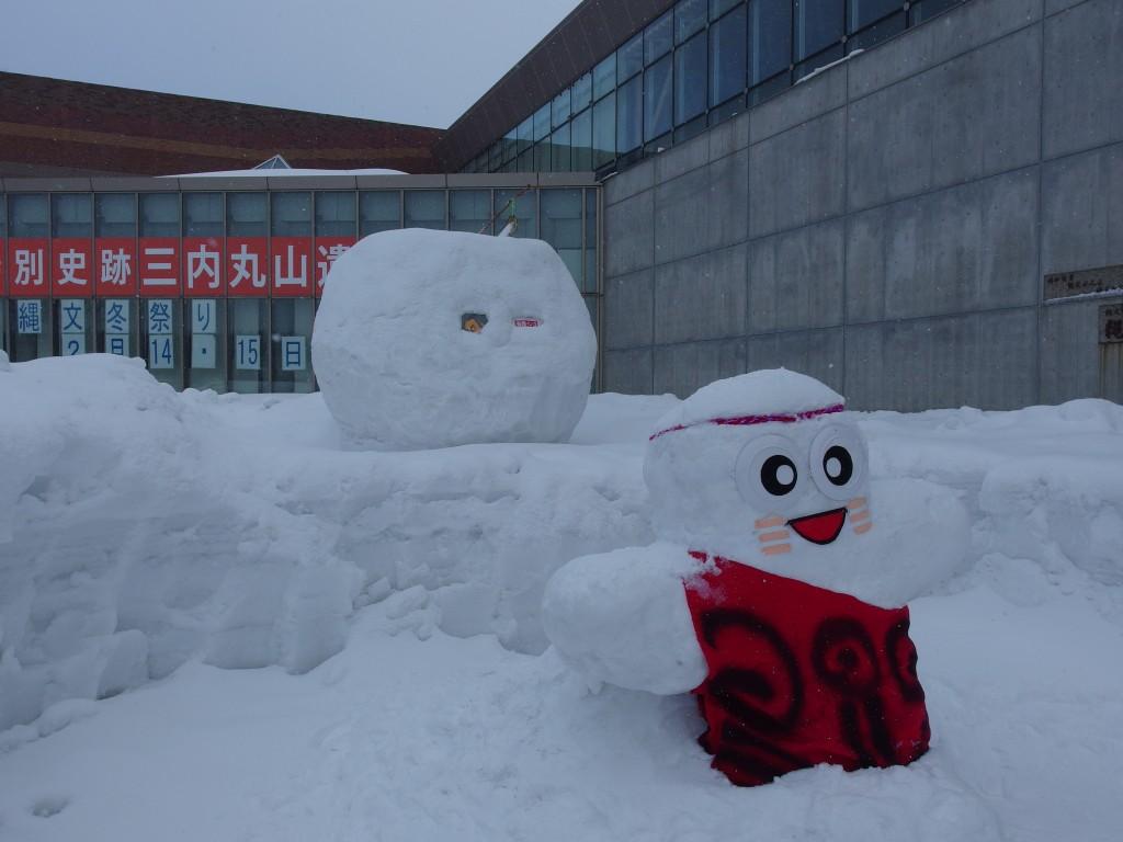 厳冬の青森三内丸山遺跡雪だるま