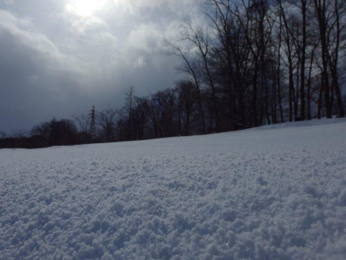 厳冬の青森三内丸山遺跡輝く新雪