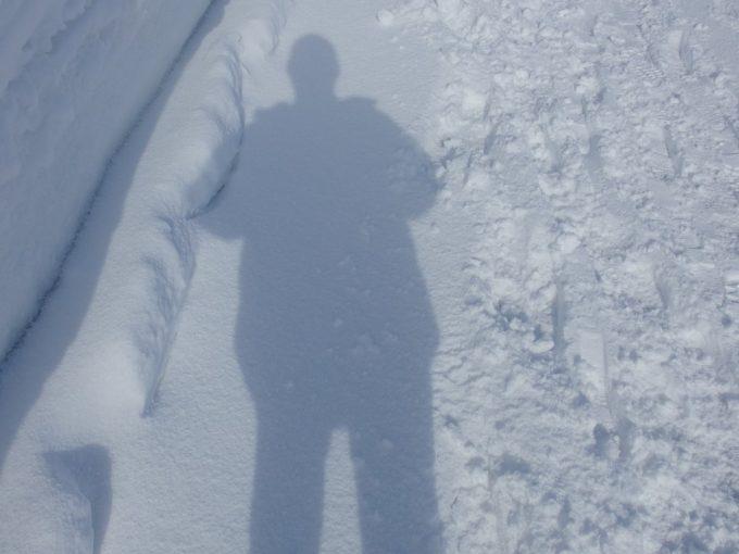 厳冬の青森三内丸山遺跡新雪を踏む感触と自分の影