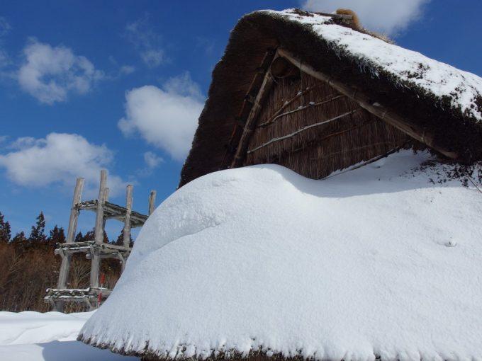 厳冬の青森三内丸山遺跡雪に埋もれる大型の竪穴式住居