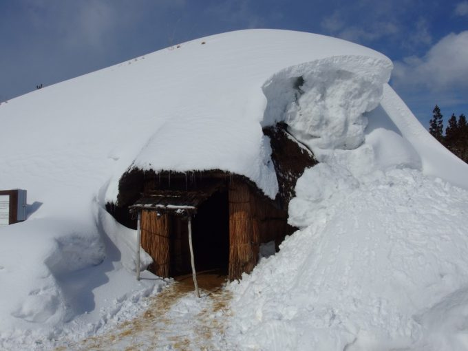 厳冬の青森三内丸山遺跡雪に覆われた竪穴式住居内部へ