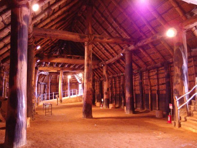 厳冬の青森三内丸山遺跡大型竪穴式住居内部