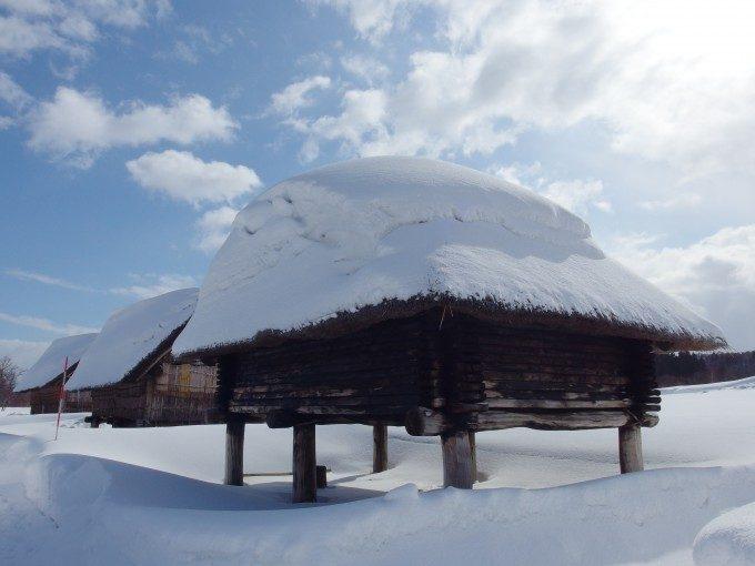 厳冬の青森三内丸山遺跡建ち並ぶ高床式住居