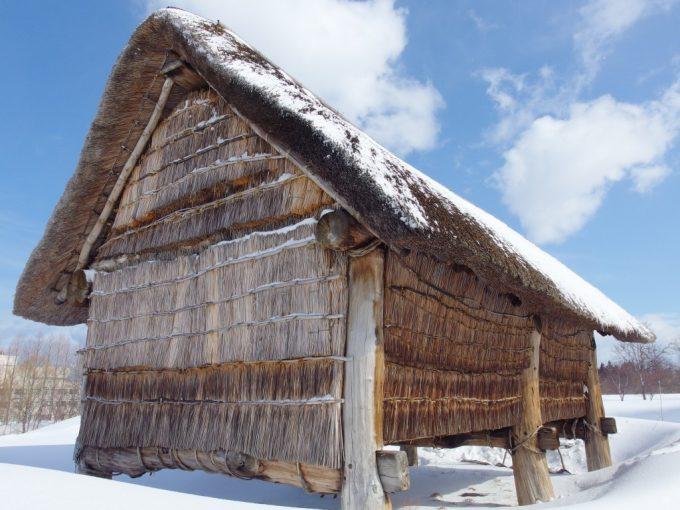 厳冬の青森三内丸山遺跡雪に映える高床式住居