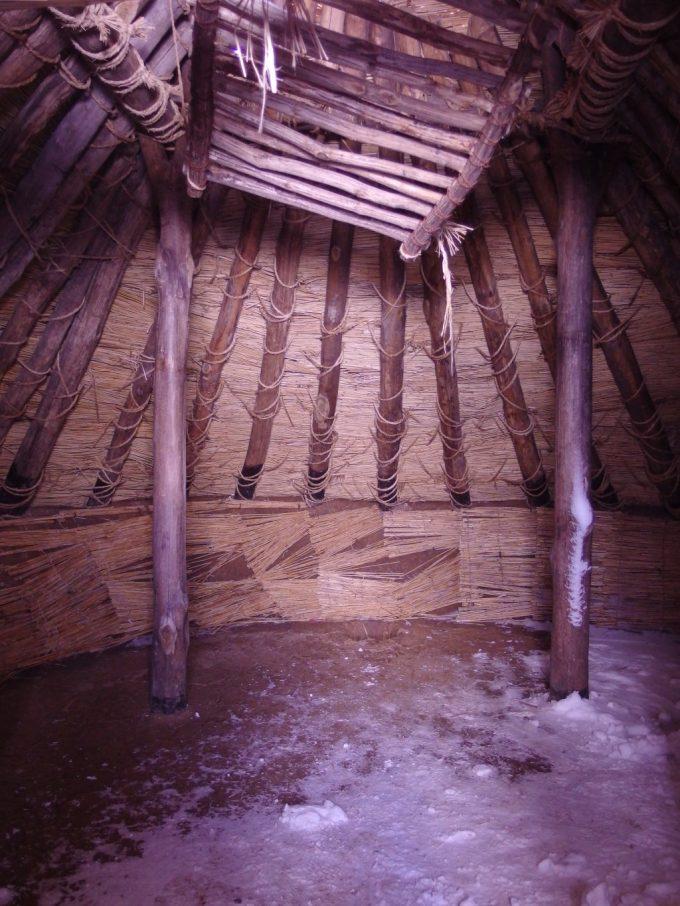 三内丸山遺跡竪穴式住居内部