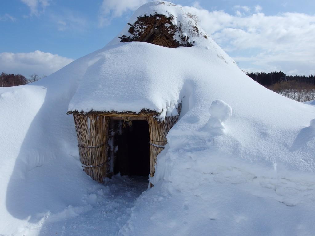 厳冬の青森三内丸山遺跡雪に埋もれた竪穴式住居