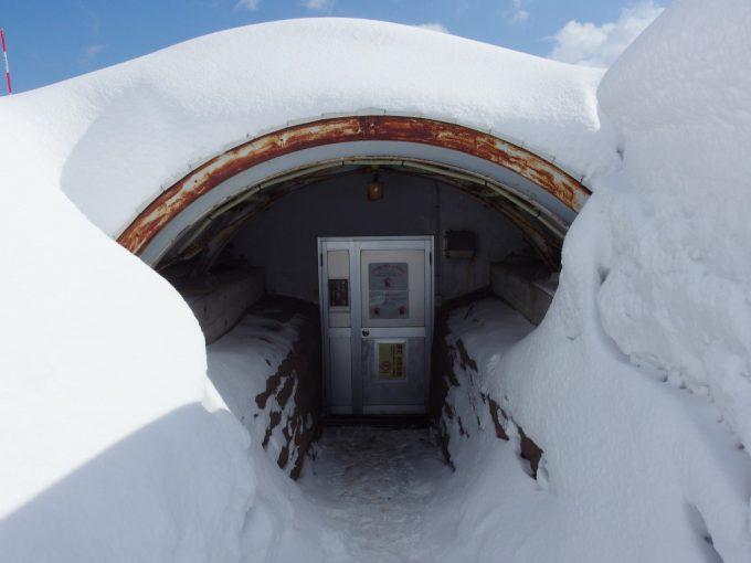 厳冬の青森雪に埋もれる三内丸山遺跡