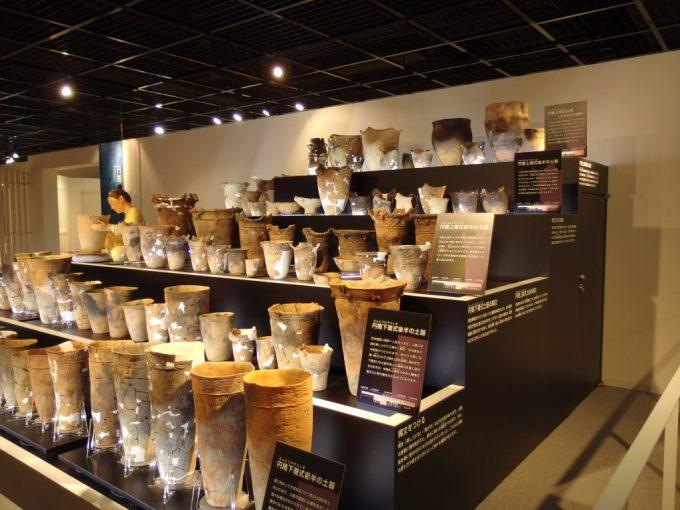 三内丸山遺跡さんまるミュージアム大量に展示された土器