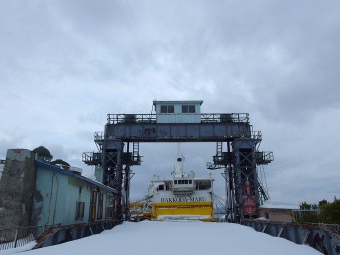 厳冬の青森桟橋可動橋と海峡の女王八甲田丸