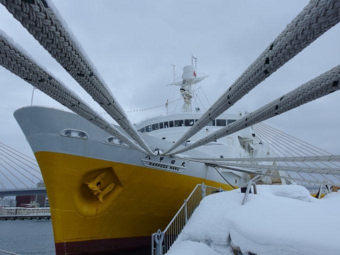 呼吸をするかのように冬の海に佇む海峡の女王青函連絡船八甲田丸