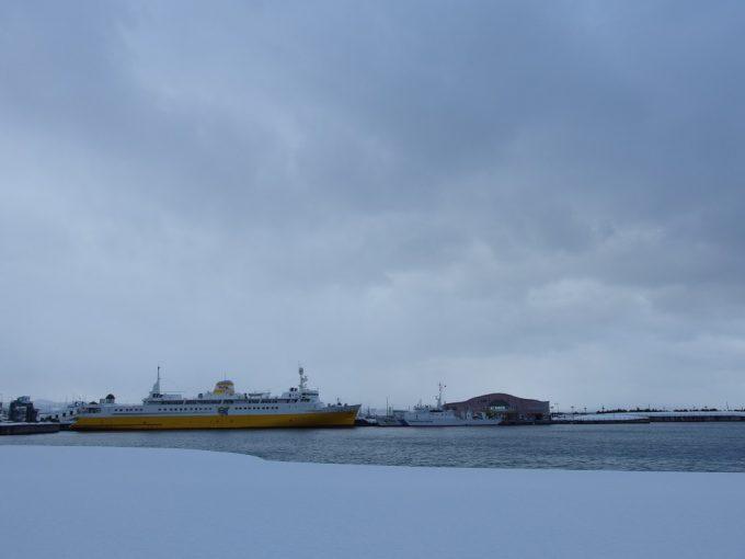 積もる雪と鉛色の海に凍える海峡の女王青函連絡船八甲田丸