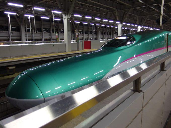 東北新幹線E5系はやぶさ号東京行き新青森駅入線