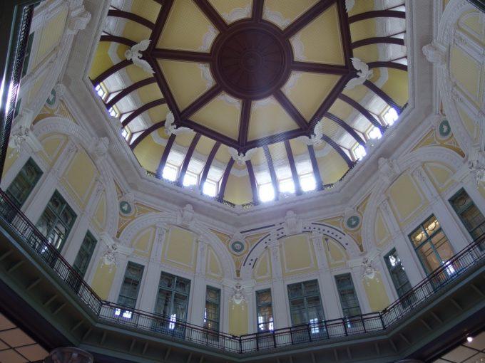 東京駅赤レンガ駅舎美しい天井のドーム