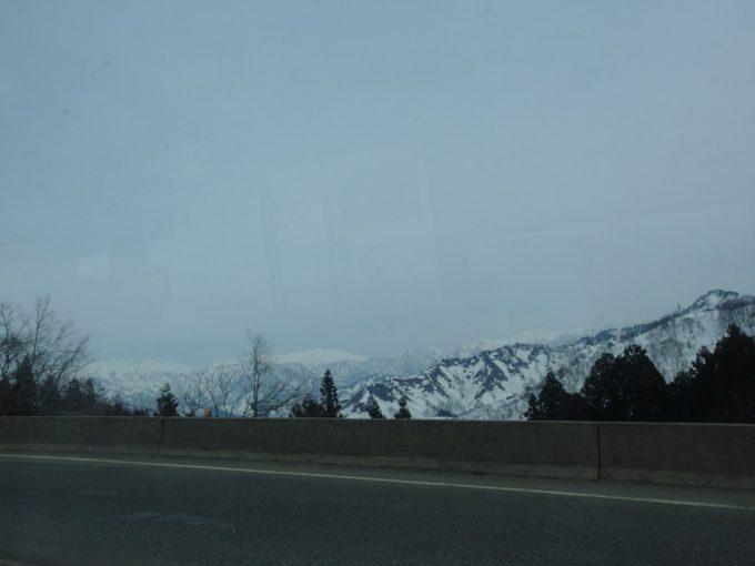 雪解けの時期の上越国境山並み