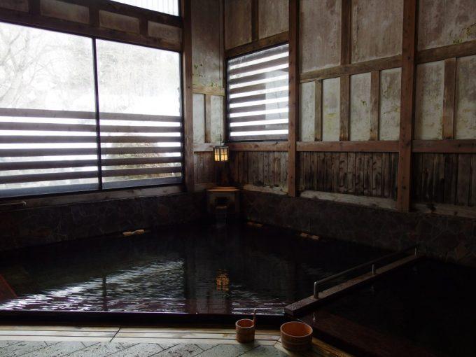 奥湯沢目の湯貝掛温泉落ち着いた渋い雰囲気の湯屋