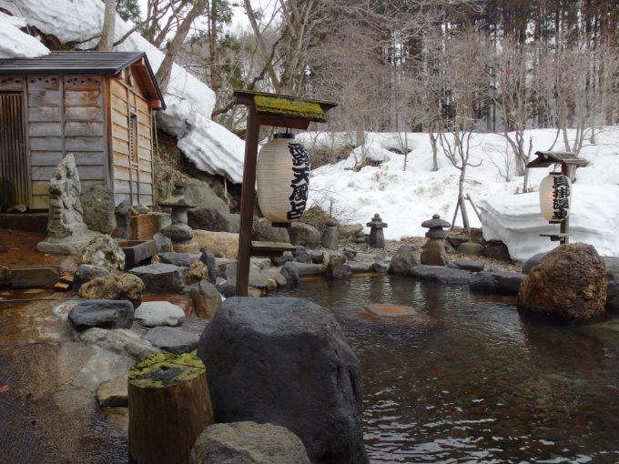 奥湯沢目の湯貝掛温泉源泉掛け流しの巨大な雪見露天風呂